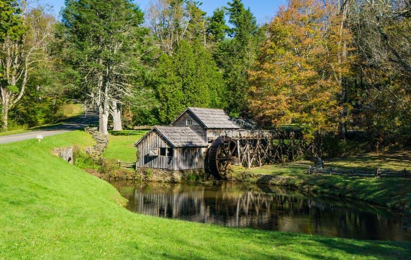 Autumn View de moulin de Mabry, Ridge Parkway bleu, VA images stock