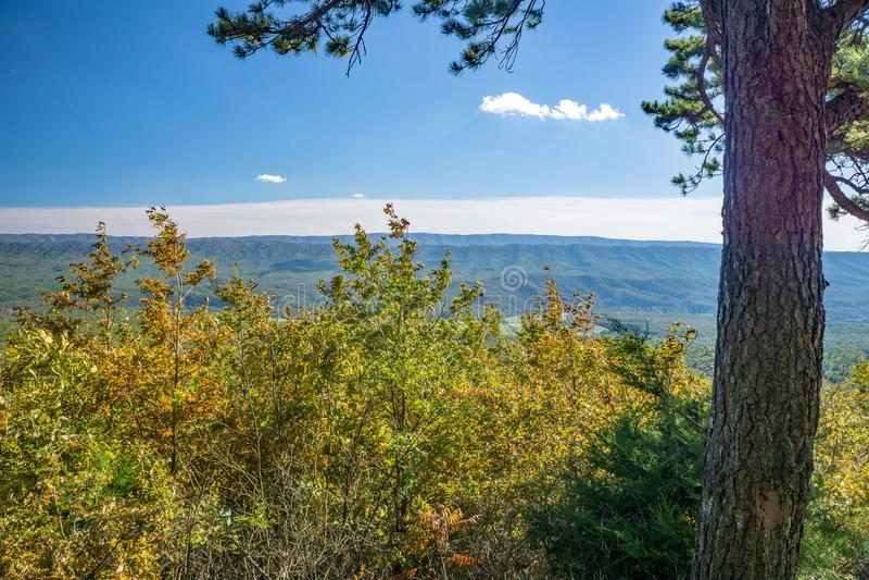 Autumn View des blauen Ridge Mountains- und Gansnebenflusses Tal stockbild