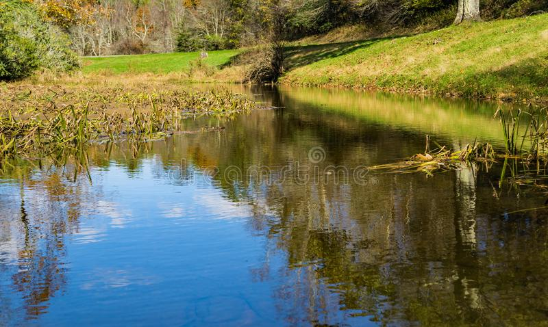Autumn View einer alten Mühle lizenzfreies stockbild