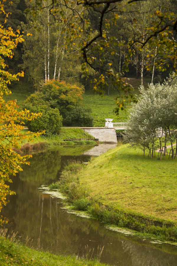 Autumn View zur Brücke im Park lizenzfreie stockbilder