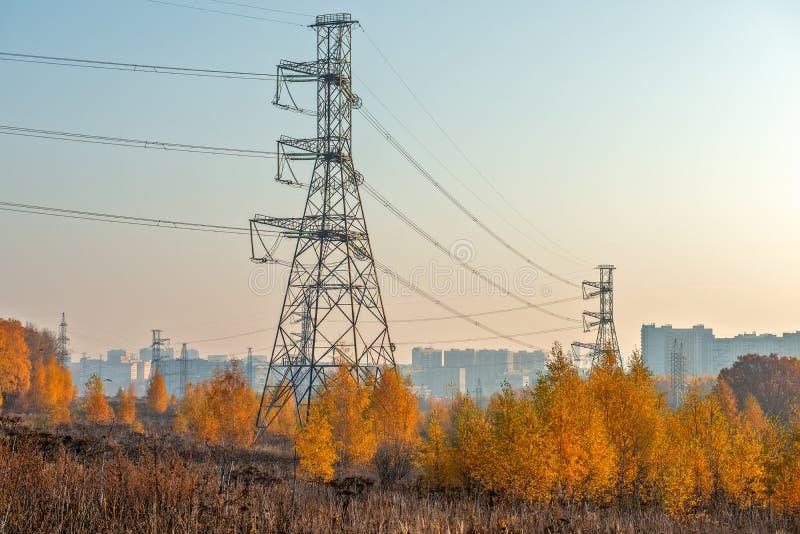 Autumn voorstedelijk landschap met stroomlijn stock fotografie