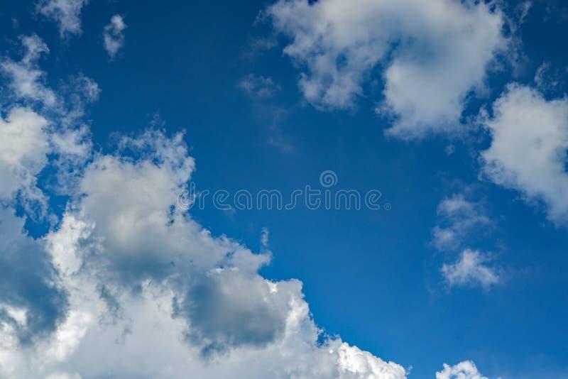 Autumn White Clouds et cieux bleus image libre de droits