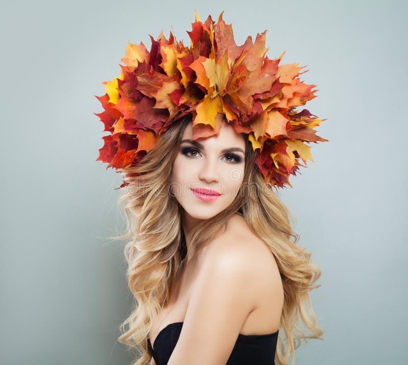 Autumn Woman Beauty Portrait Modelo bonito Maquillaje, corte de pelo rizado y hojas coloridas de la ca?da imagen de archivo libre de regalías
