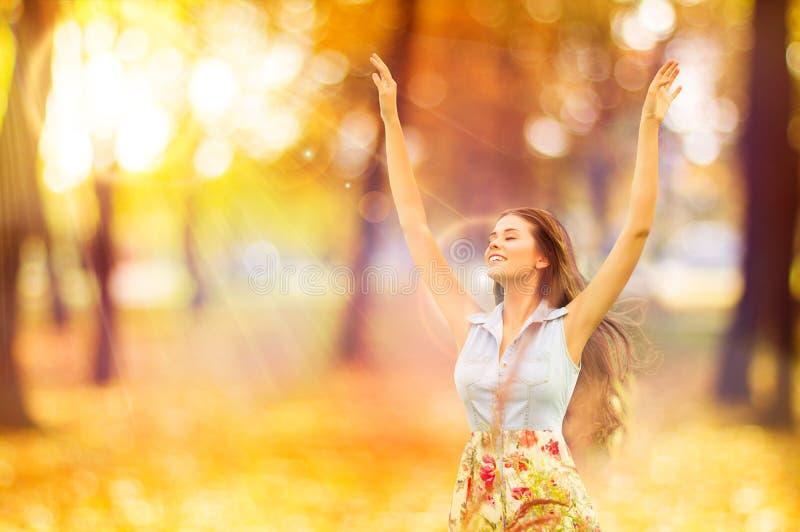 Autumn Woman, glückliches junges Mädchen, sich hin- und herbewegendes vorbildliches Open Arms im Schrei stockfoto