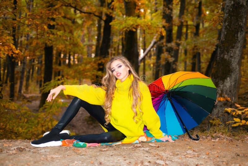 Autumn Woman hermoso con Autumn Leaves en fondo de la naturaleza de la ca?da Muchacha hermosa alegre en suéter rojo al aire libre imagenes de archivo