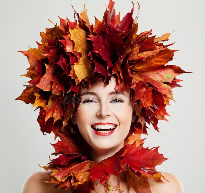 Autumn Woman Laughing Fall-Ahornblatt-Kranz lizenzfreies stockfoto
