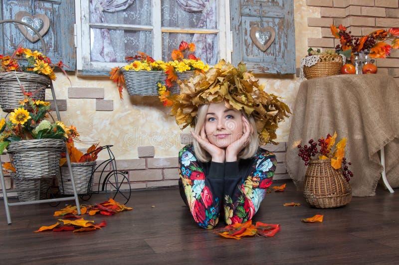 Autumn Woman mit Autumn Leaves Nette junge Frau mit autum lizenzfreies stockbild