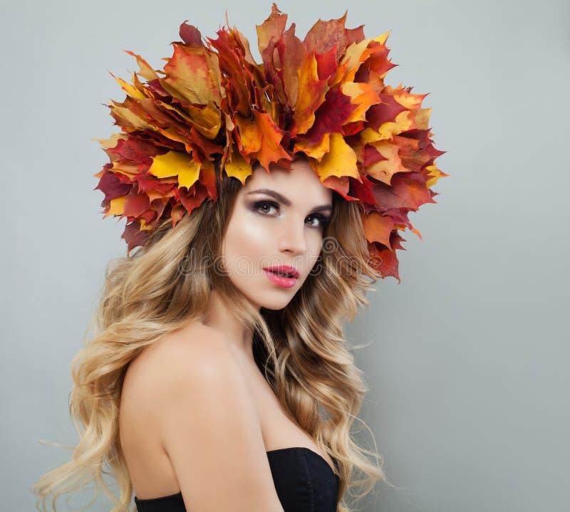 Autumn Woman Portrait Den h?rliga modellen i f?rgrika h?stsidor kr?nar royaltyfria foton