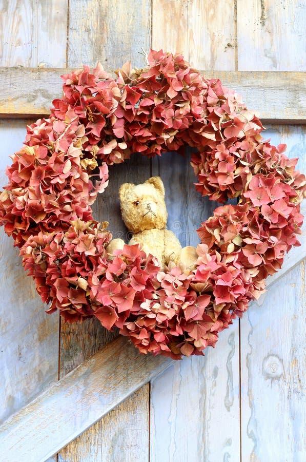 Autumn Wreath und Weinlese Ted lizenzfreies stockfoto