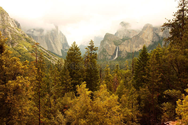 Autumn Yosemite Valley. Overlook of the Yosemite Valley, with El Capital (left) and Cathedral Rocks/Bridalveil Falls (right). Yosemite National Park, California stock photos