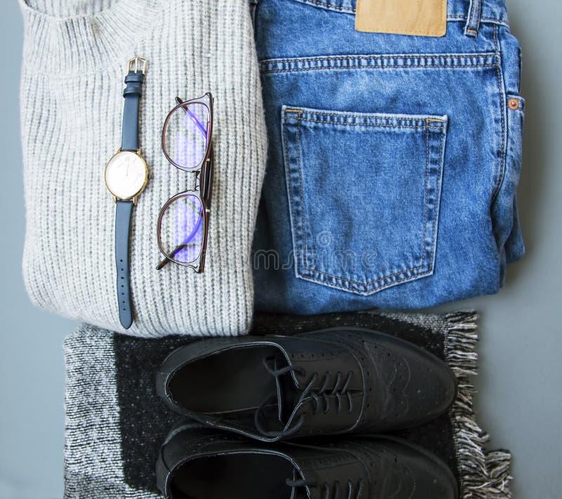 Autumnor春天有毛线衣、牛仔裤和起动的,秋天/春季成套装备想法顶视图衣物成套装备  图库摄影