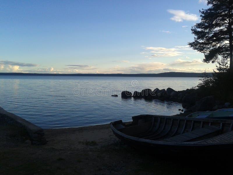 Autunno, Carelia, caccia, foresta, paesaggio, il lago Ladoga immagine stock libera da diritti