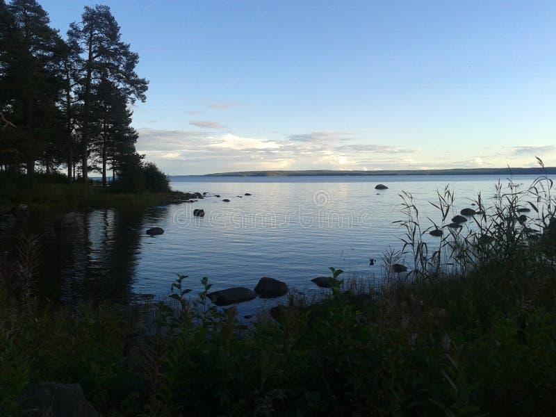 Autunno, Carelia, caccia, foresta, paesaggio, il lago Ladoga immagine stock