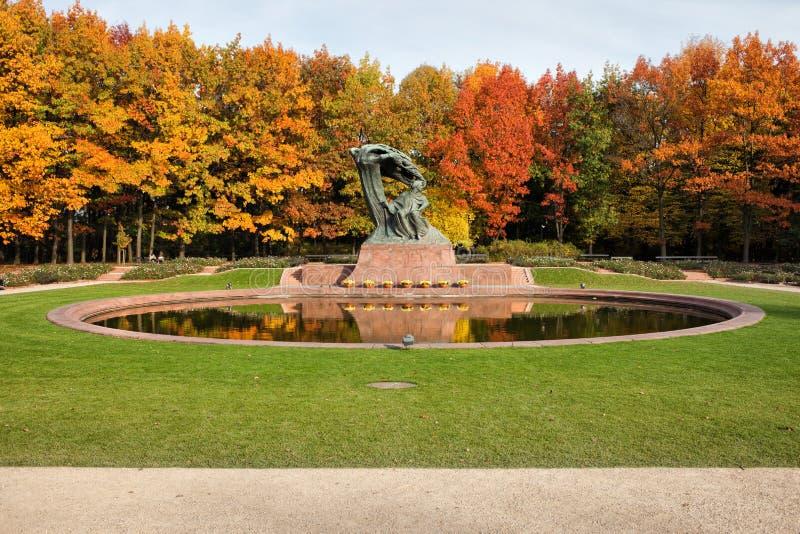 Autunno nei giardini reali di Lazienki a Varsavia immagini stock libere da diritti