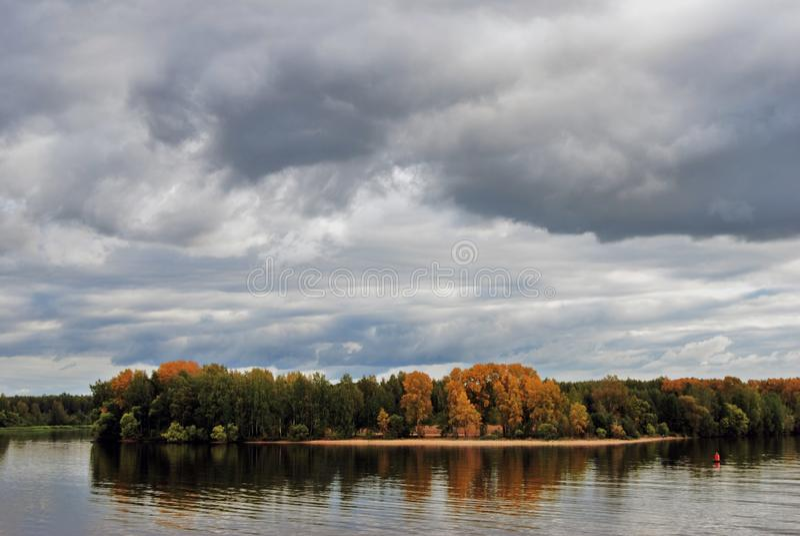 Autunno sul fiume Volga Alberi gialli e verdi Acqua blu immagini stock libere da diritti