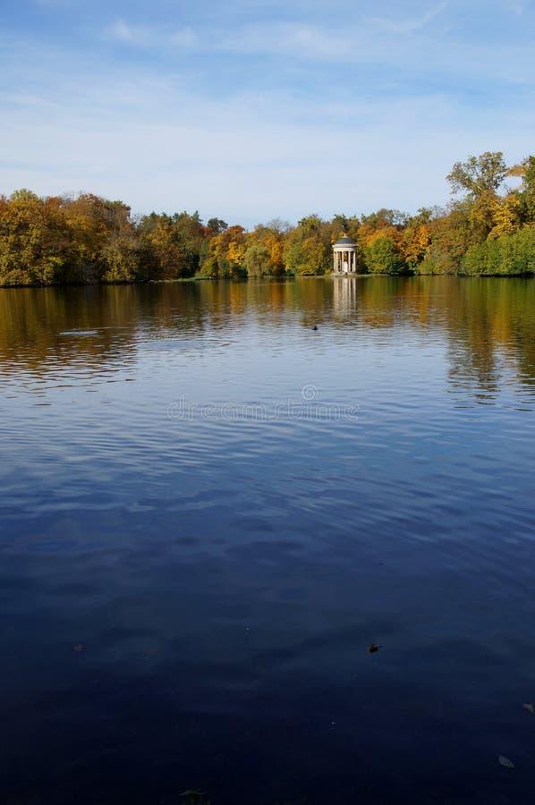 Autunno sul sole di lake fotografia stock libera da diritti