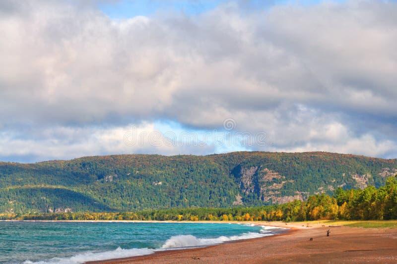 Autunno sulla spiaggia della baia di Agawa, il lago Superiore, Ontario fotografie stock libere da diritti