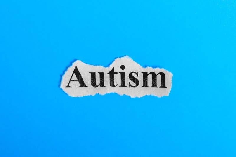 autyzmu tekst na papierze Słowo autyzm na kawałku papieru com pojęcia figurki wizerunku odpoczynku dobra trwanie tekst autyzmu sy zdjęcia stock