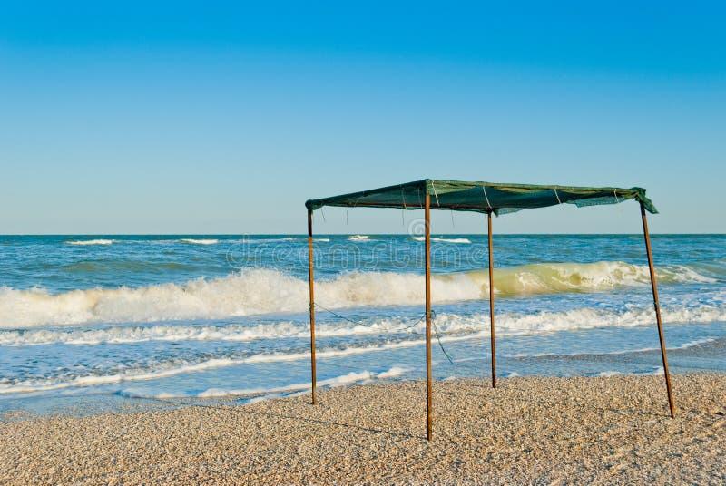 Auvent de belvédère de tente fait de tissu et métal, dans la perspective de la mer et du ciel photographie stock