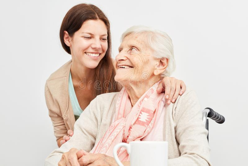 Auxílio de nutrição no cuidado de um idoso fotos de stock royalty free