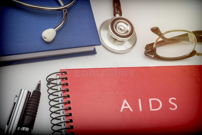 Auxílios vermelhos intitulados do livro junto com o equipamento médico fotos de stock royalty free