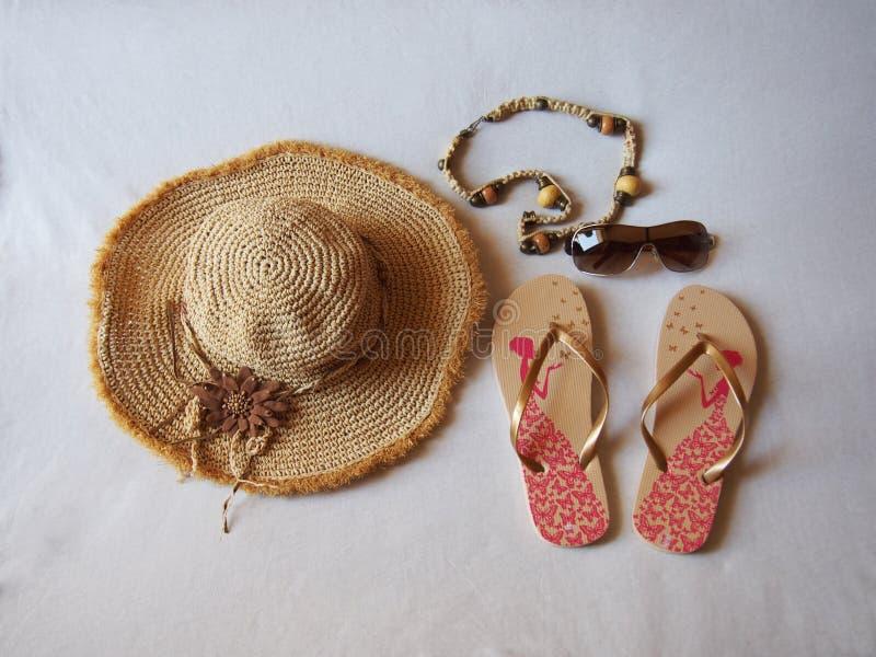 Aux bijoux de lunettes de soleil de sandales images stock