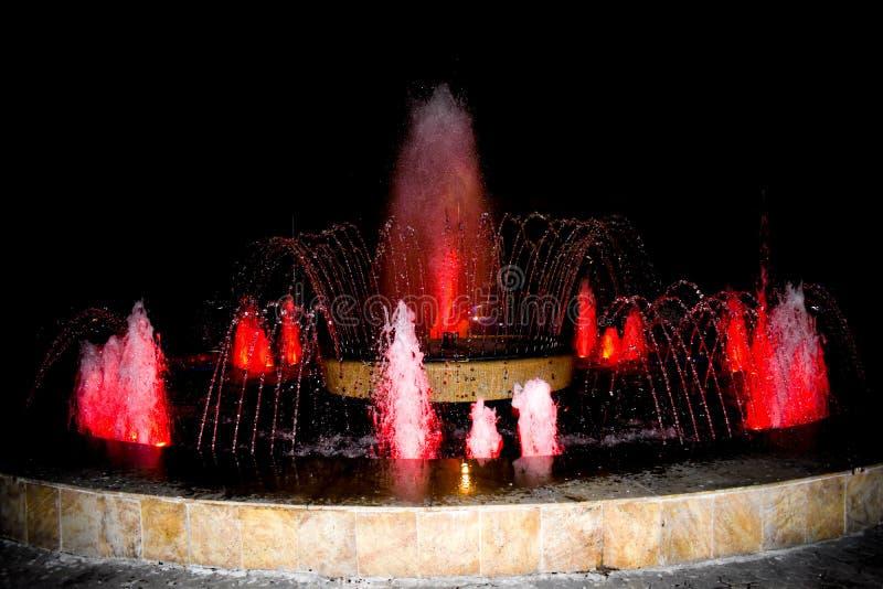 Aux fontaines de la ville, vous pouvez vous reposer et d?tendre tout en regardant les nouvelles formes du courant de l'eau Fontai photographie stock libre de droits