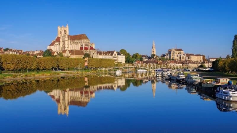 Auxerre, cathédrale et rivière de la Yonne photo libre de droits