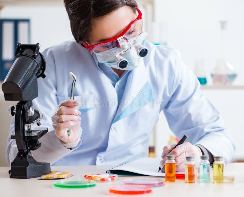 Auxiliar de laboratorio en concepto de síntesis de drogas fotografía de archivo