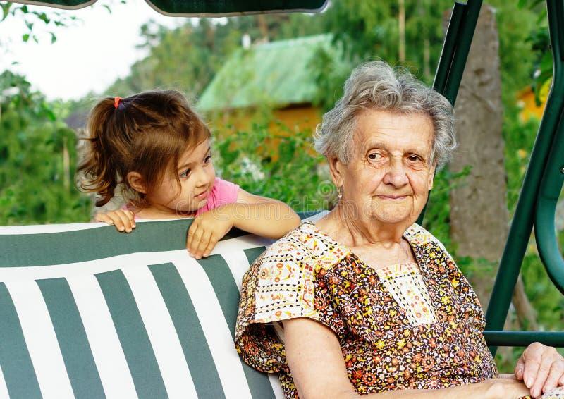 Avó com neto - mulher superior que olha seu grandd fotos de stock