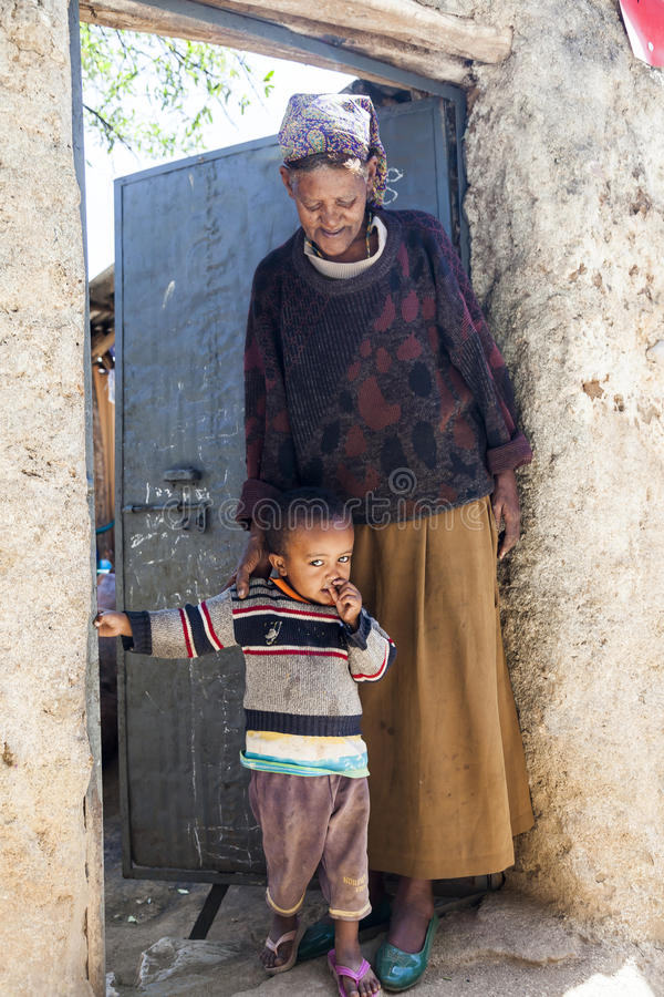 Avó com o neto que levanta na entrada de sua casa na cidade de Jugol Harar etiópia imagem de stock