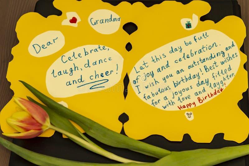 Avó do feliz aniversario do cartão O neto à avó fê-lo manualmente fotos de stock