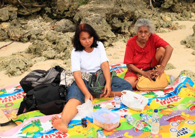 Avó do Papuan e mãe do Javanese no piquenique fotografia de stock royalty free