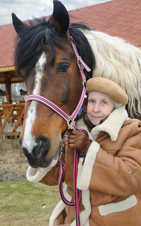 Avó e cavalo do retrato fotografia de stock