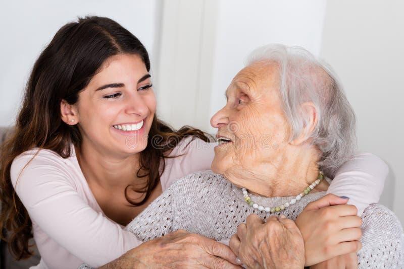 Avó e filha que abraçam-se fotos de stock royalty free