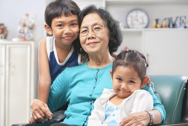 Avó e netos em casa imagens de stock