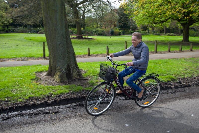 Avó feliz na bicicleta, uma alegria da vida imagem de stock