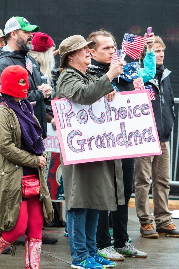 A avó guarda o pro sinal bem escolhido em justiça social March de Atlanta foto de stock