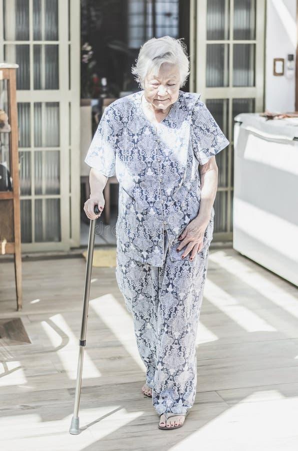 Avó japonesa do descendente que anda com a ajuda de um s de passeio fotografia de stock