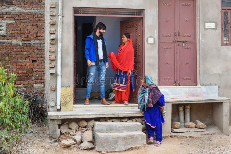 Av?, m?e e filho indianos da fam?lia na porta da casa em Amer Rajasthan India imagem de stock royalty free