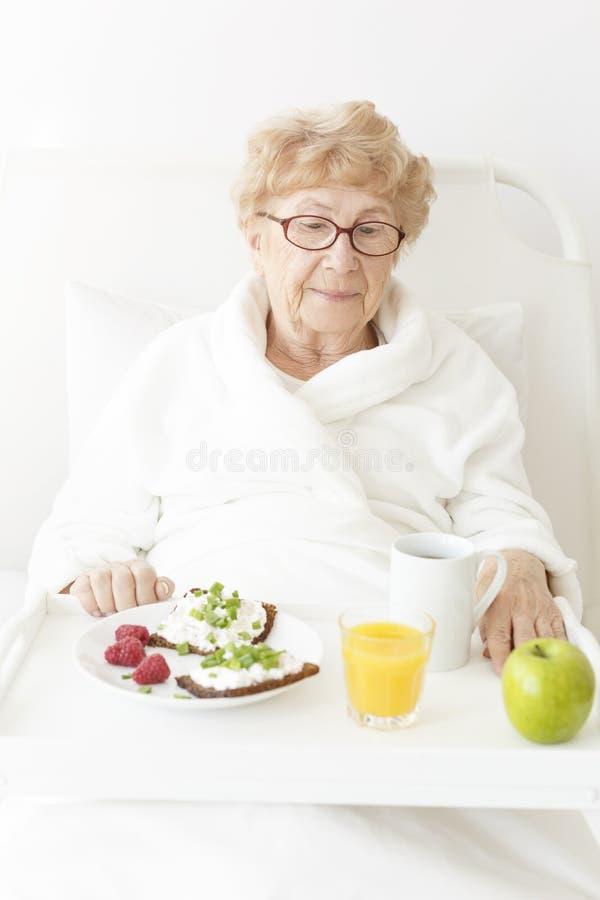 Avó no molho-vestido branco foto de stock
