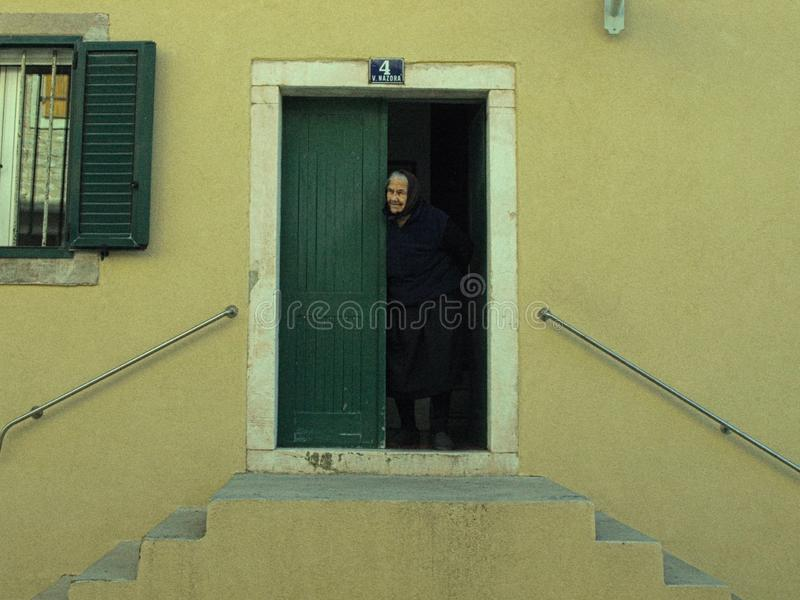 A avó, porta, casa, ilha, olha, cada, visita, vida, calma, cores fotografia de stock royalty free