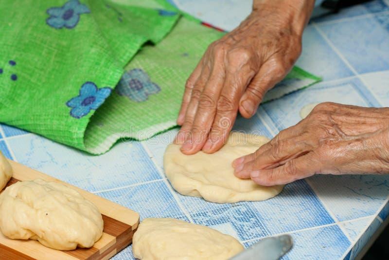 Download A avó prepara tortas foto de stock. Imagem de tradicional - 12808590