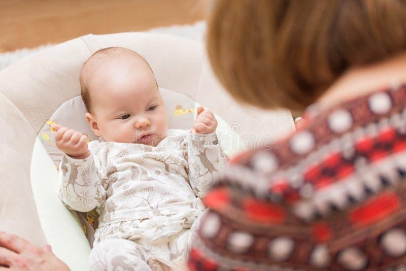 Avó que joga com seu bebê recém-nascido foto de stock