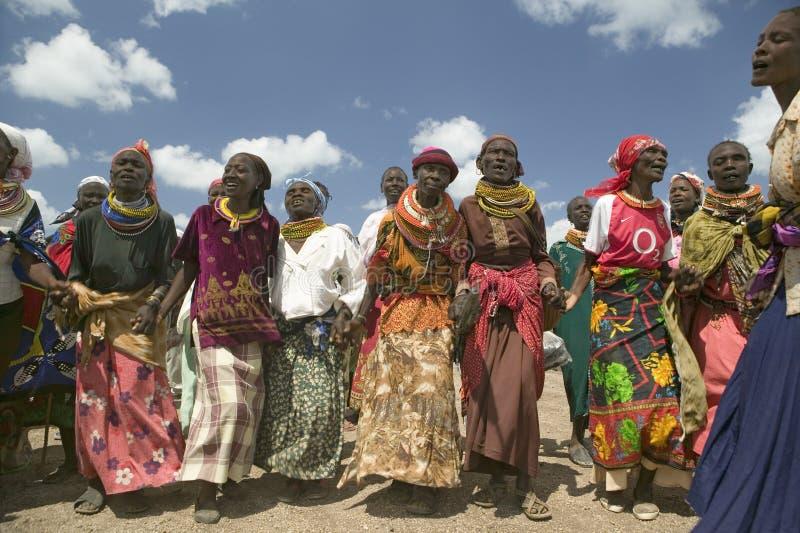 Avó, que são os guardas de seus crianças e netos que são contaminados com HIV/AIDS, dança em Pepo La Tumaini foto de stock royalty free