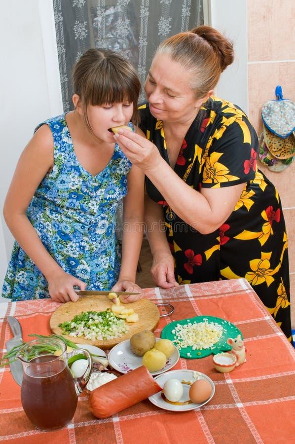 A avó trata a neta. imagem de stock royalty free