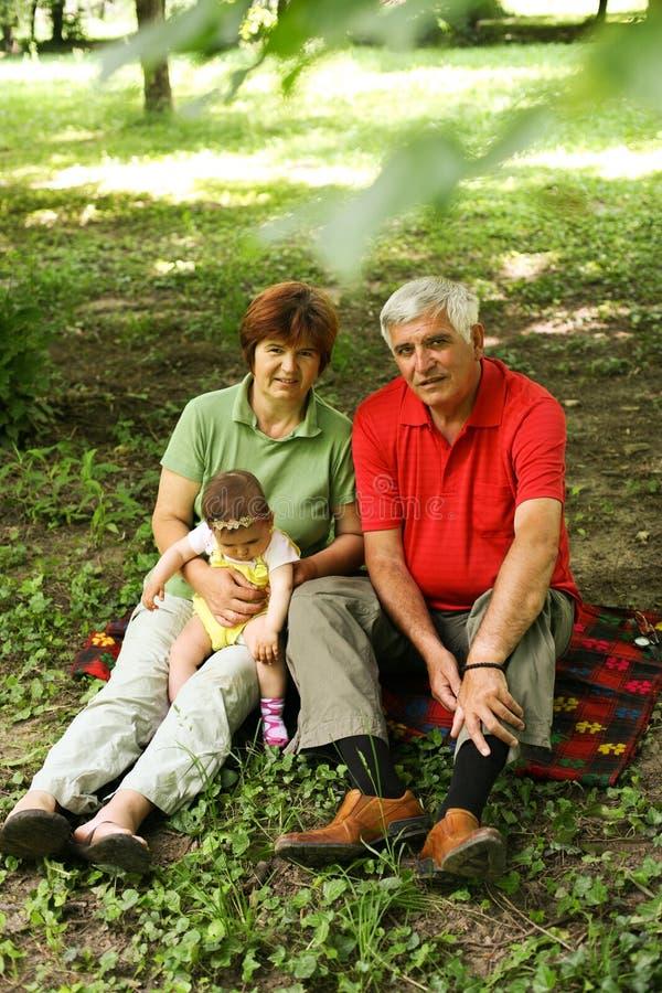 Avós com o bebê no parque fotos de stock royalty free