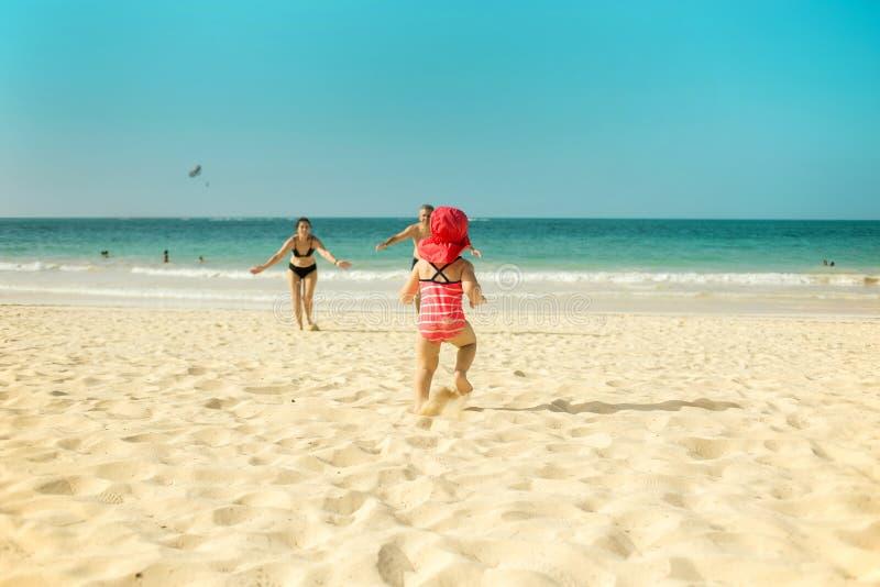 Avós e criança na praia imagens de stock