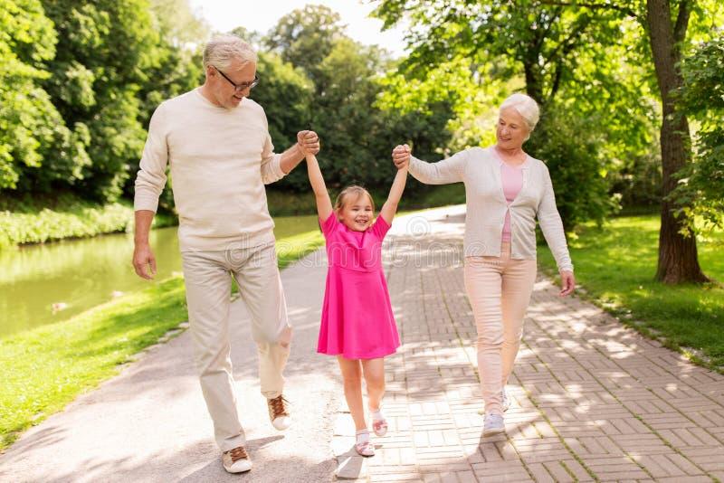 Avós e neta superiores no parque fotografia de stock royalty free