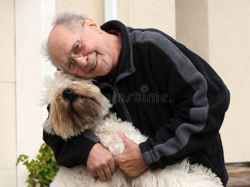 Avô com um cão foto de stock